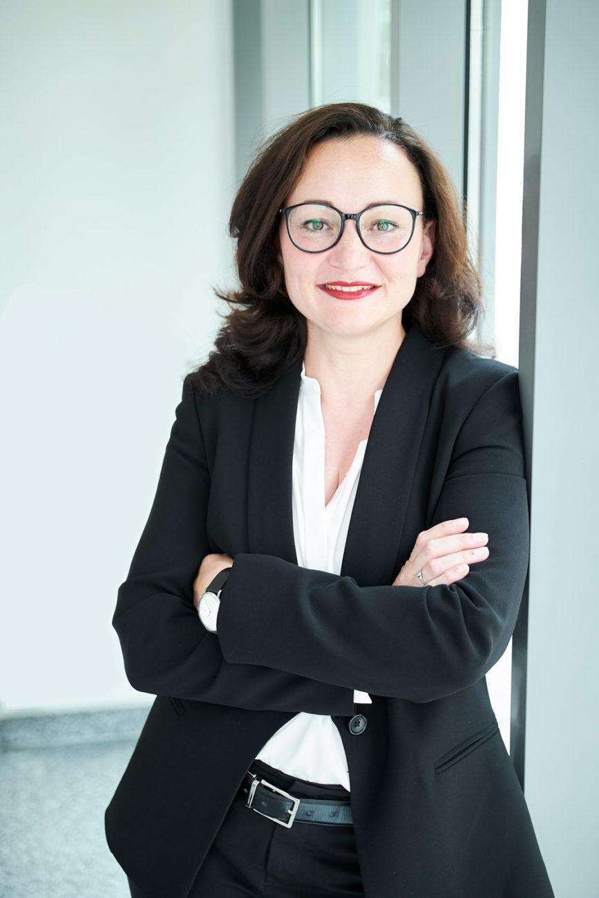Imagekampagne für Unternehmesberaterin Nadine Laule - stehend am Fenster mit freundlichen Blick in die Kamera