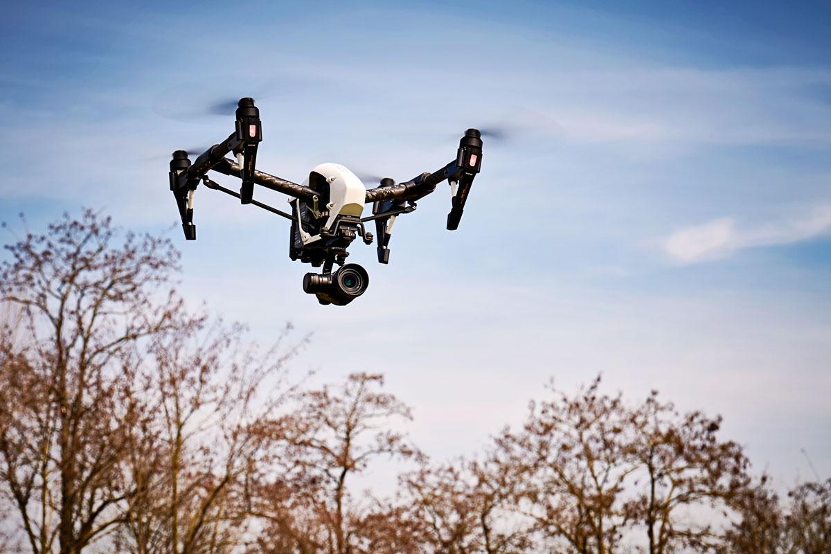 Eine Drohne wird für Luftbildaufnahmen eingesetzt